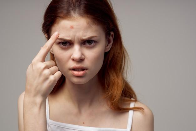 Belle femme cosmétologie soins de la peau gros plan de la puberté