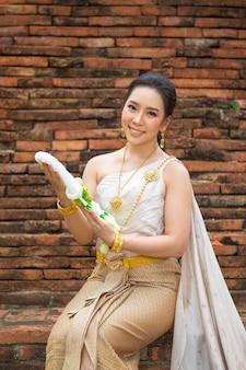 Belle femme en costume traditionnel ancien thaïlandais, portrait à l'ancien temple d'ayutthaya