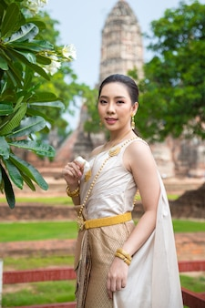Belle femme en costume traditionnel ancien thaïlandais, portrait à l'ancien temple d'ayutthaya