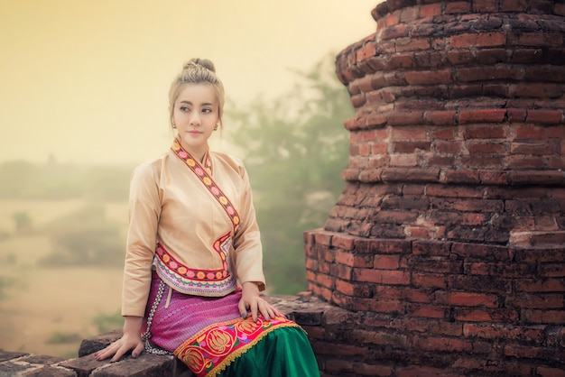 Belle femme en costume traditionnel du myanmar