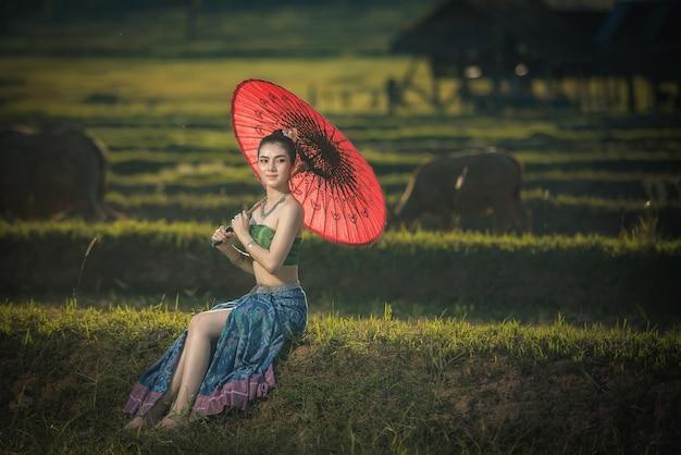 Belle femme en costume traditionnel, femme asiatique portant une robe thaïe typique