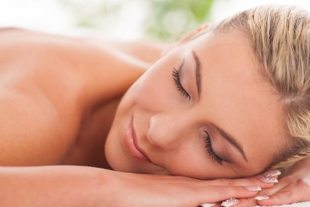 Belle femme couchée dans un spa