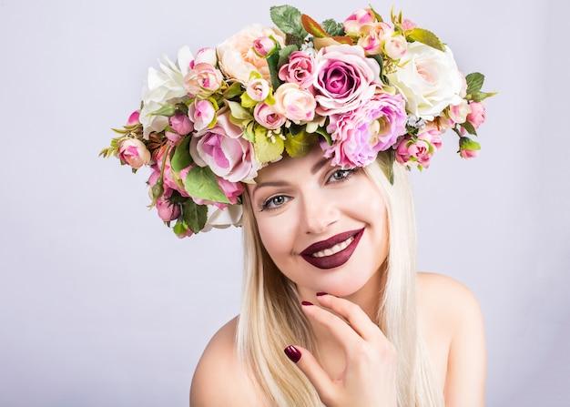 Une belle femme avec une couronne de fleurs