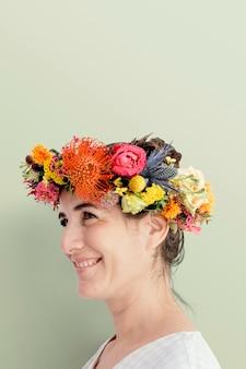 Belle femme avec une couronne florale au milieu de l'été