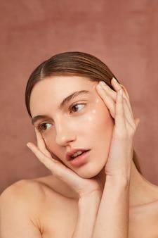 Belle femme avec crème pour le visage
