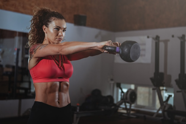 Belle femme crossfit fit faire de l'exercice