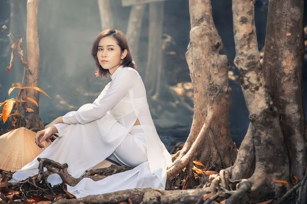 Belle femme avec la culture vietnamienne traditionnelle, style vintage, hanoi vietnam