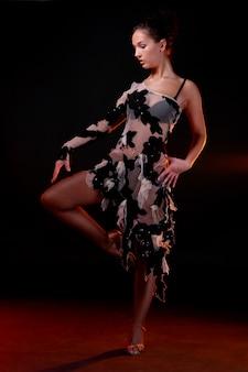 Belle femme dancin danse latine