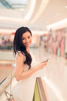 Belle femme, dans, centre commercial