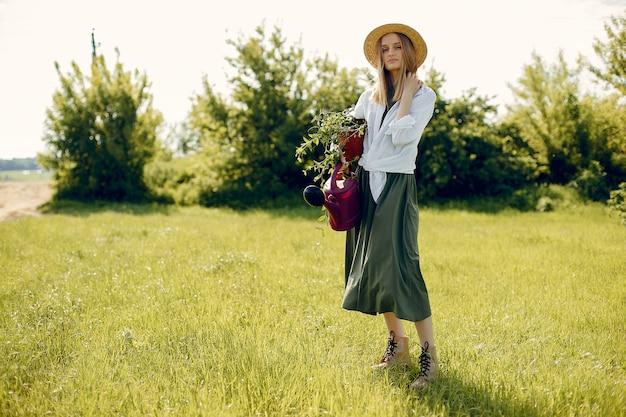 Belle femme dans un champ d'été