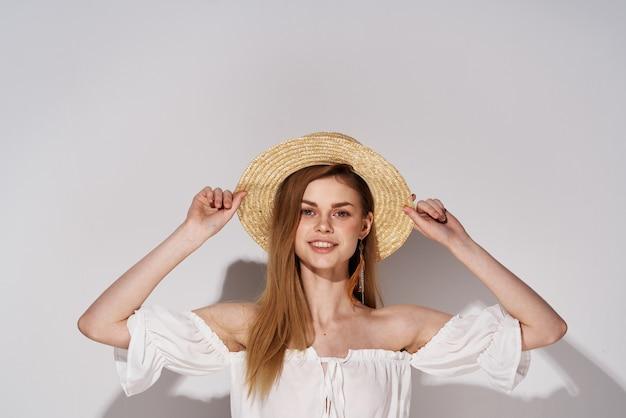 Belle femme dans un chapeau charmant style élégant studio lumière