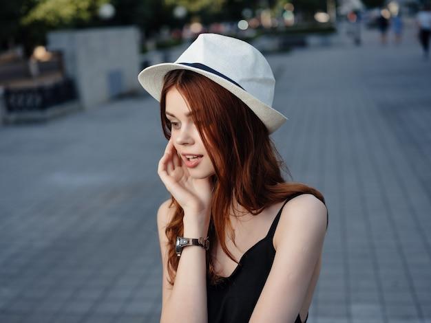 Belle femme dans un chapeau à l'extérieur des émotions d'été