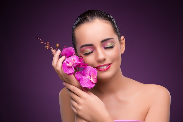 Belle femme dans le concept de maquillage