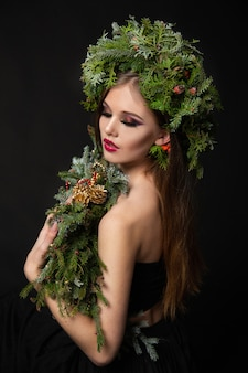 Belle femme dans une couronne de noël