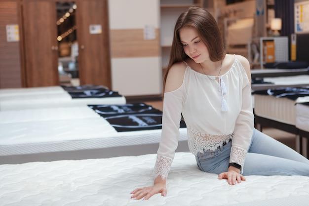 Belle femme dans un magasin de matelas