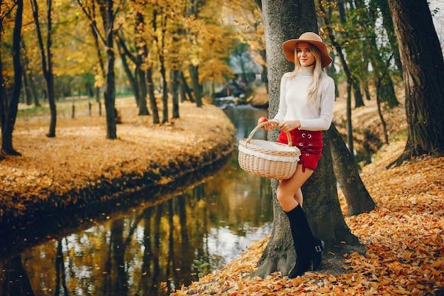 Belle femme dans un parc en automne