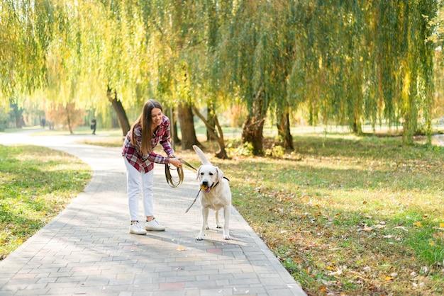Belle femme dans le parc avec son chien