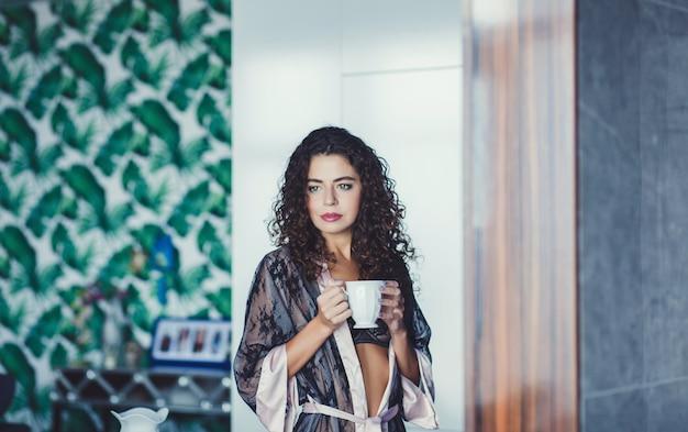 Belle femme dans un peignoir