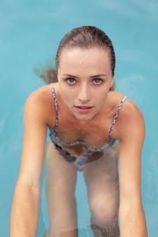 Belle femme dans piscine