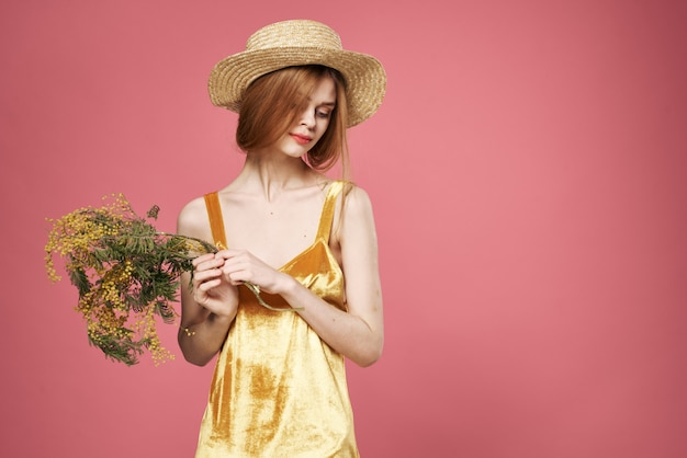 Belle femme dans une robe bouquet de fleurs cadeau de vacances pour la journée de la femme