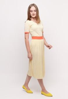 Belle femme dans une robe d'été.