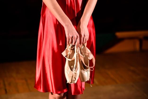 Belle femme dans une robe rouge dansant sur scène