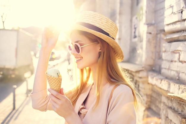 Belle femme dans la rue avec un modèle de vacances de crème glacée