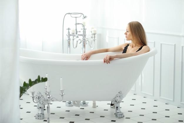 Belle femme dans la salle de bain