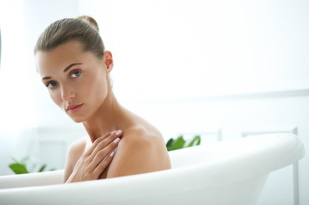 Belle femme dans une salle de bain