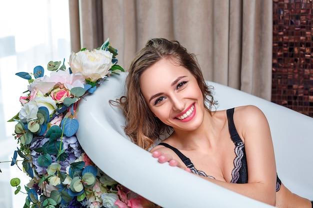 Belle femme dans salle de bain