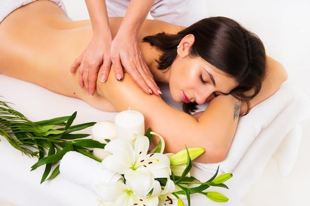 Belle femme dans le salon spa ayant un massage