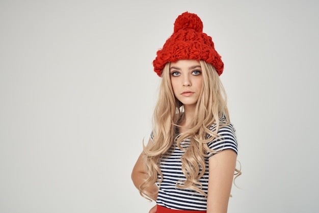 Belle femme dans un tshirt rayé chapeau rouge vue recadrée glamour