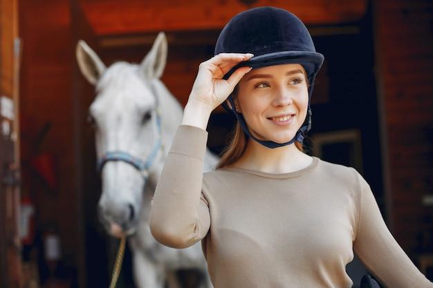 Belle femme debout avec un cheval