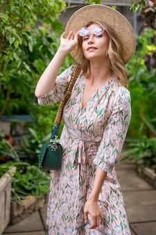 Belle femme debout dans un parc tropical
