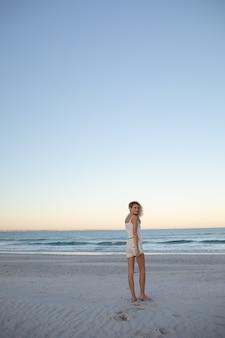 Belle femme debout sur la plage