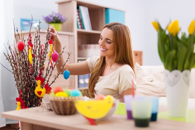 Belle femme décorant la maison pour pâques