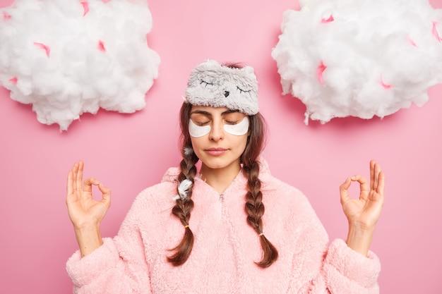 Belle Femme Détendue En Pyjama Photo gratuit