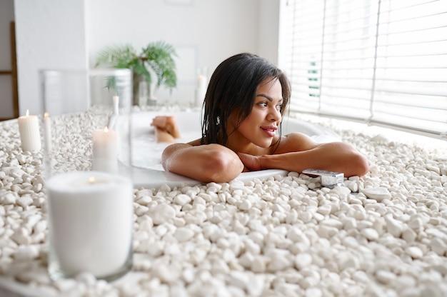 Belle femme, détente dans le bain avec du lait. personne de sexe féminin dans la baignoire, soins de beauté et de santé au spa, traitement de bien-être dans la salle de bain