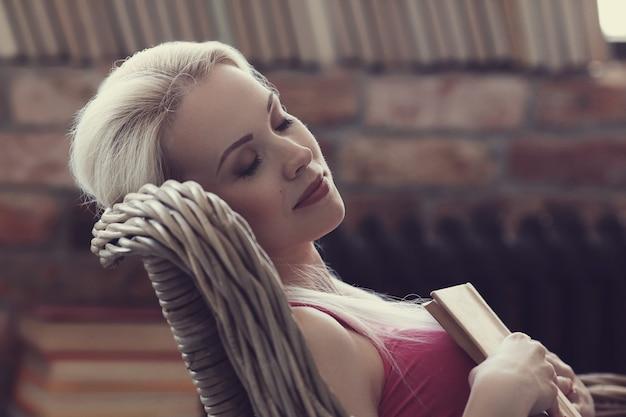 Belle femme dormant avec un livre