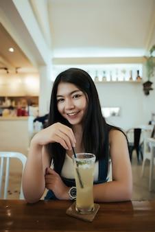 Belle femme avec du jus en bonne santé