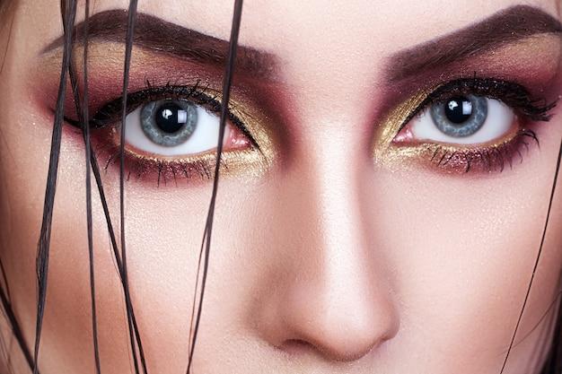 Belle femme avec du maquillage créatif lumineux, gros plan, portrait