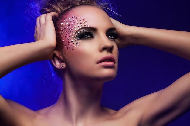 Belle femme avec du maquillage fantaisie