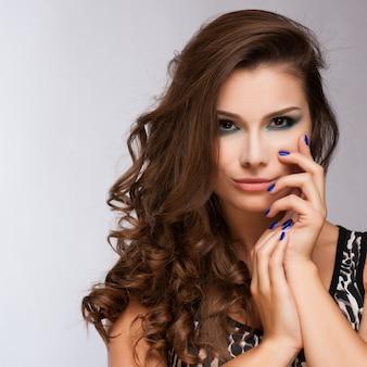 Belle femme avec du maquillage de soirée. bijoux et beauté. photo de mode