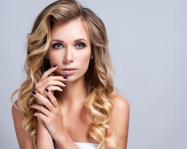 Belle femme avec du maquillage de soirée. bijoux et beauté.