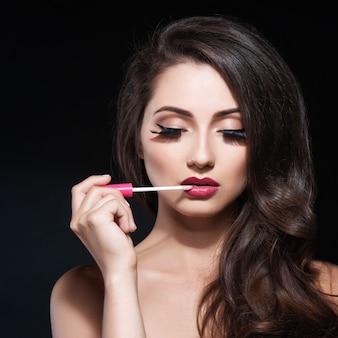 Belle femme avec du maquillage de soirée.