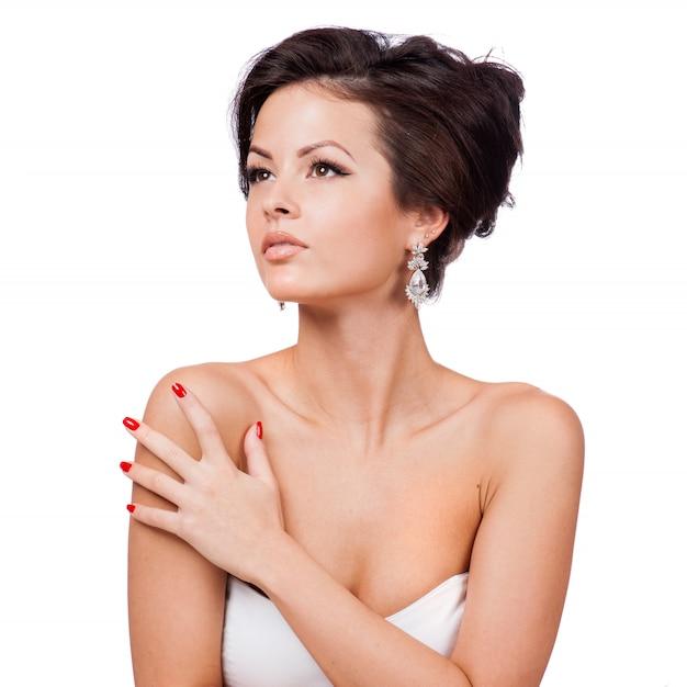 Belle femme avec du maquillage de soirée