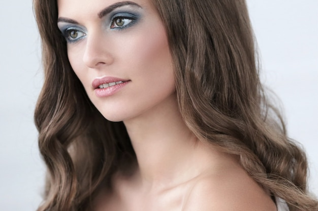 Belle femme avec du maquillage