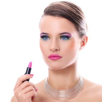Belle femme avec du rouge à lèvres rose