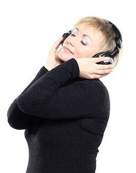 Belle femme écoutant de la musique.