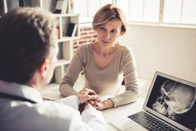 Belle femme écoute un médecin pendant la consultation.